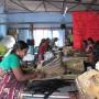 De partner van Ragbag in Tamil Nadu (Zuid India) maakt trendy tassen en andere producten van theezakken. De thee verpakkingen (zogenaamde big-bags) worden gewassen en in een kleinschalig naaiatelier verwerkt. Het project heeft daar al voor 20 mensen een baan, en een inkomen om van rond te komen bezorgd!